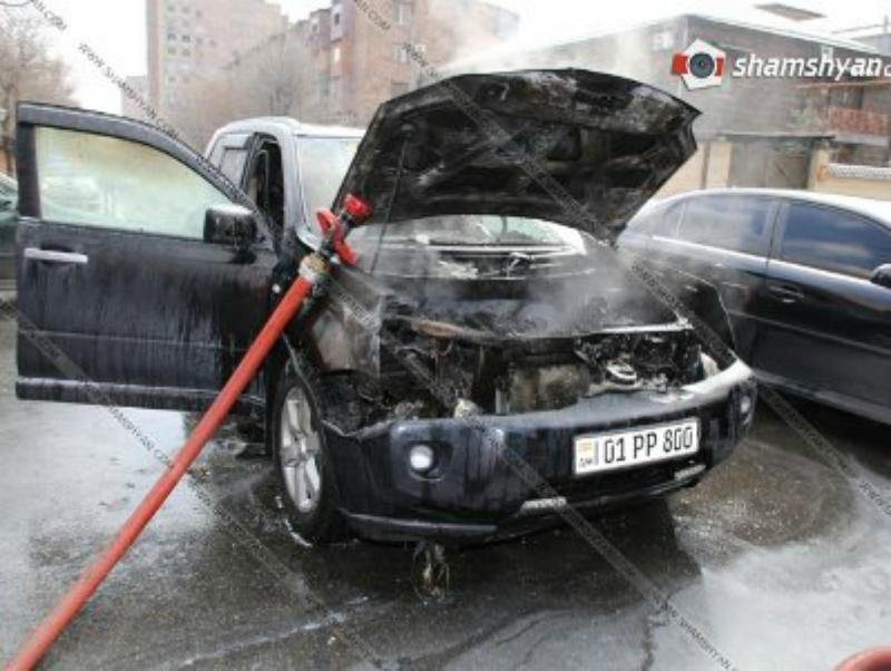 Արտակարգ դեպք Երեւանում. «Ռիո մոլ»-ի մոտ հրդեհ է բռնկվել Nissan ավտոմեքենայում (ֆոտո)