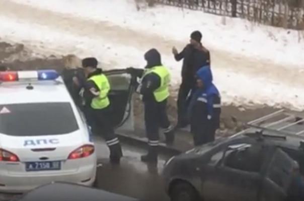 Բաշկորտոստանում հարբած կինը հրաժարվել է ենթարկվել ոստիկաններին` կացնով հարվածելով իր մեքենային (տեսանյութ)