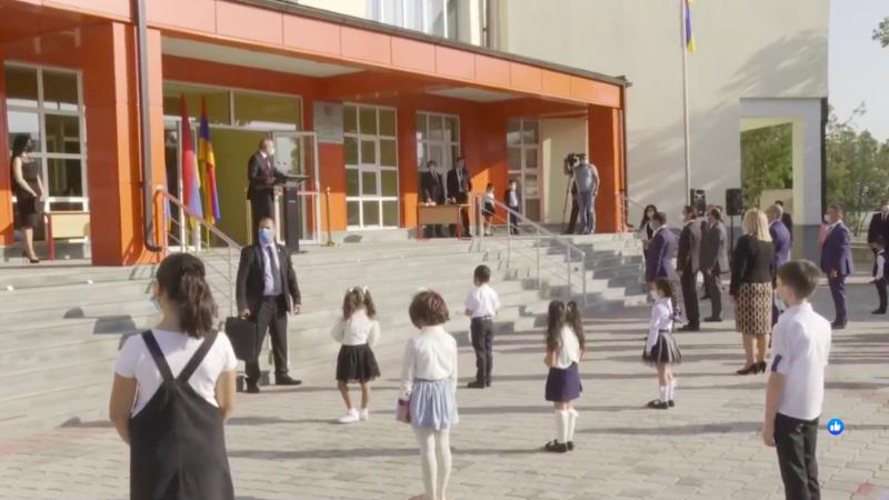 Սիրելի՛ աշակերտներ եւ ուսուցիչներ, խնդրում եմ պահպանել հակահամաճարակային կանոնները՝ ի նպաստ բոլորիս առողջության. վարչապետը N153 դպրոցում է (ուղիղ)