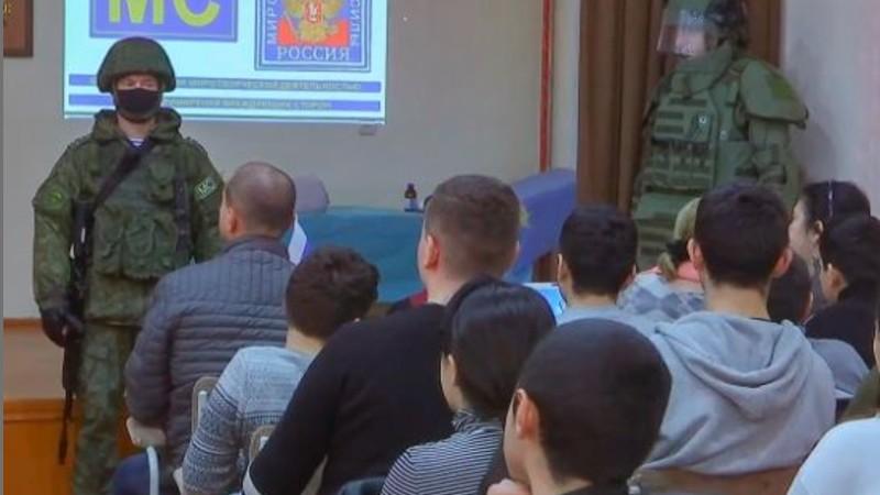 Ռուս խաղաղապահները անվտանգության դասեր են անցկացրել Ստեփանակերտի դպրոցներից մեկում (լուսանկարներ)