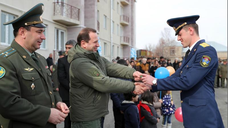 ՀՀ պաշտպանության նախարարը զինծառայողներին է հանձնել նոր ծառայողական բնակարանների բանալիները (լուսանկարներ)