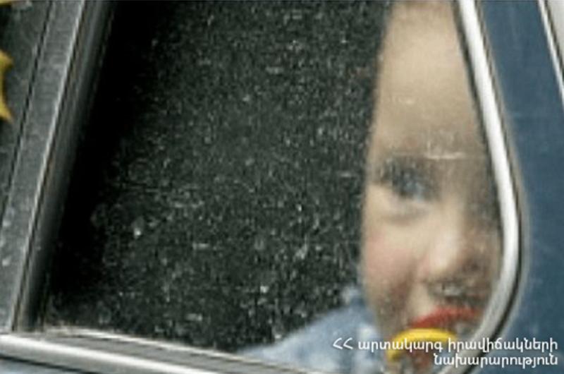 Փրկարարները մեքենայում արգելափակված 2-ամյա երեխային անվնաս դուրս են բերել
