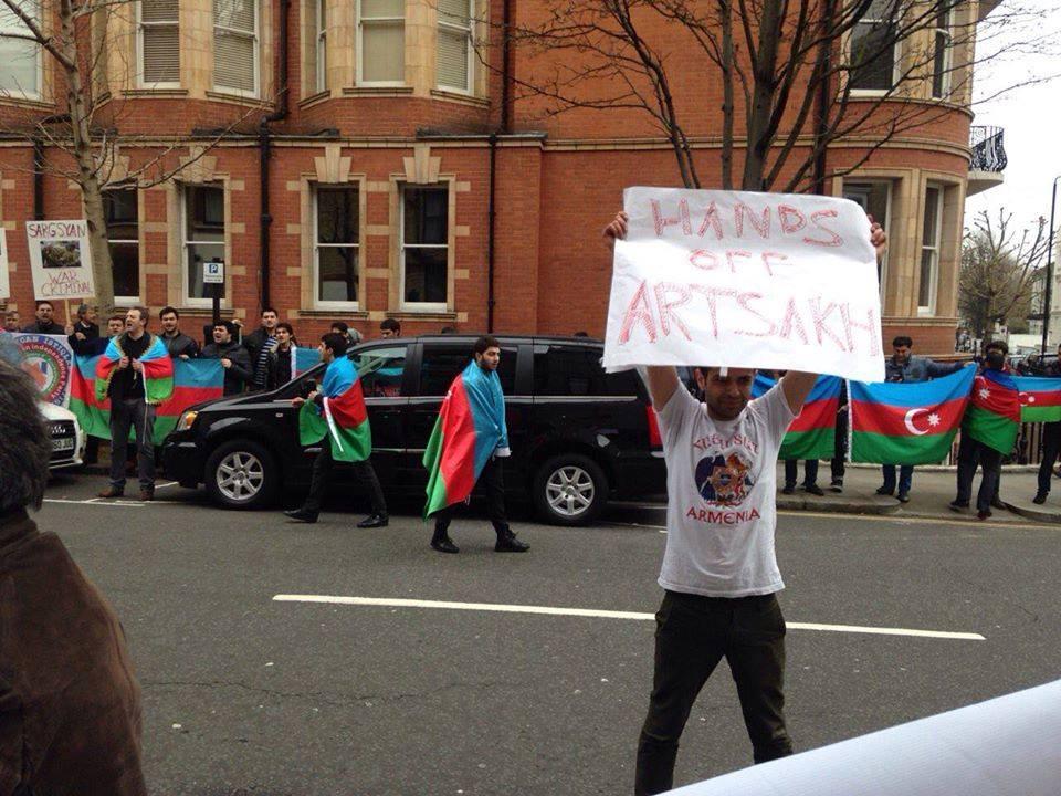 Հայ երիտասարդը միայնակ բողոքի ցույց է անում ի պատասխան մի խումբ ադրբեջանցիների