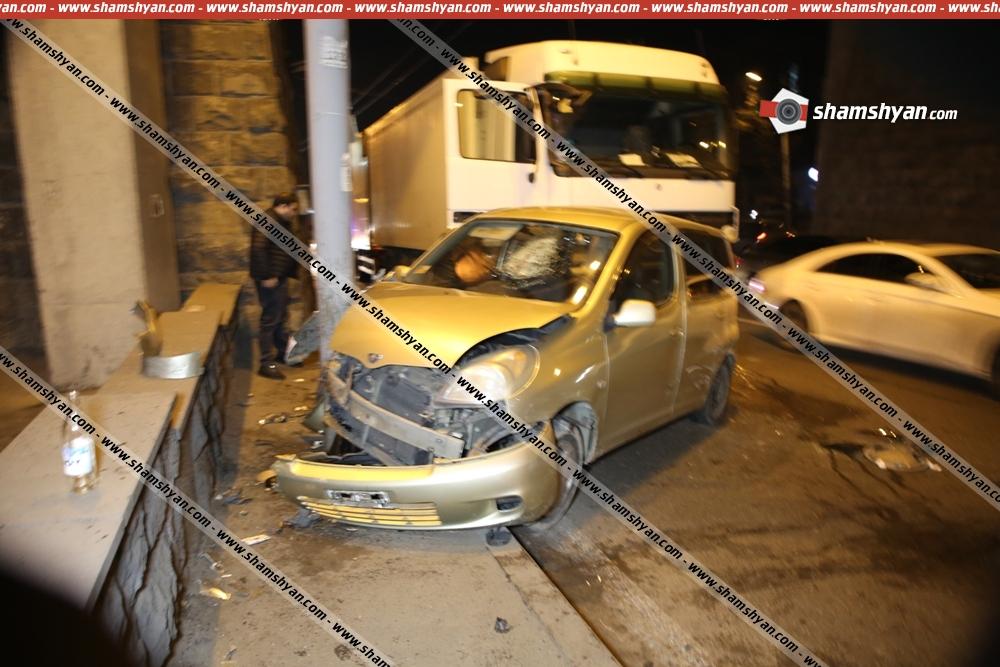 «Բելաջիո» ռեստորանի դիմաց բախվել են Toyota-ն ու բեռնատար Mercedes-ը. Toyota-ն մխրճվել է էլեկտրասյան մեջ