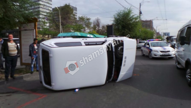 Երևանում բախվել են Нива-ն ու մարդատար ավտոբուսը. Нива-ն էլ վրաերթի է ենթարկել հետիոտնին ու կողաշրջվել