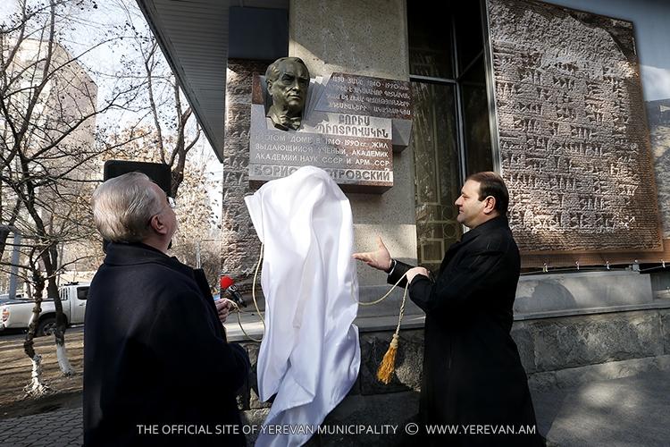 Մայրաքաղաքում հանդիսավորությամբ բացվել է ականավոր գիտնական Բորիս Պիոտրովսկու հուշատախտակը