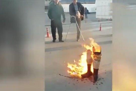 ԼՂ պատերազմի ադրբեջանցի հաշմանդամներն այրել են իրենց պրոթեզները՝ ի նշան բողոքի