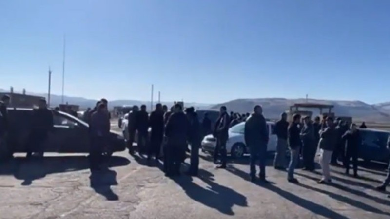 Երևան-Գյումրի ճանապարհը փակած շիրակցիները պահանջում են գերությունից վերադարձնել իրենց հարազատներին