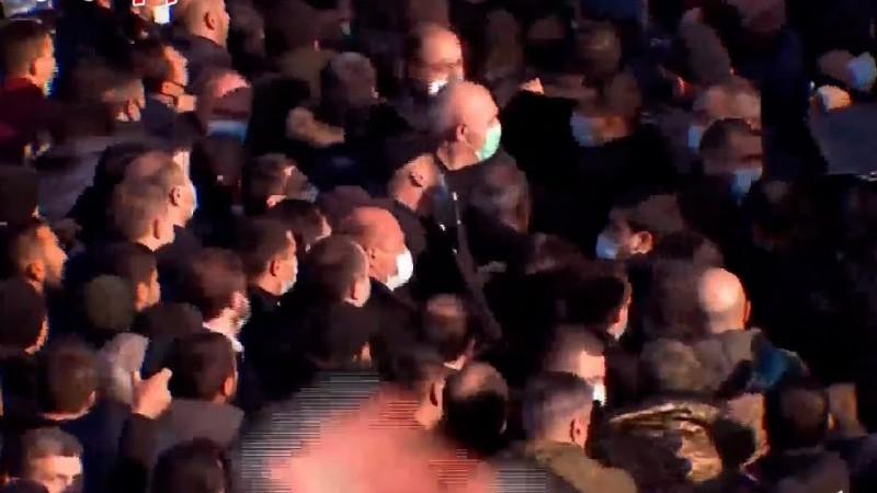 Հրմշտոց, լարված իրավիճակ. Փաշինյանը հասավ Եռաբլուր (տեսանյութ)