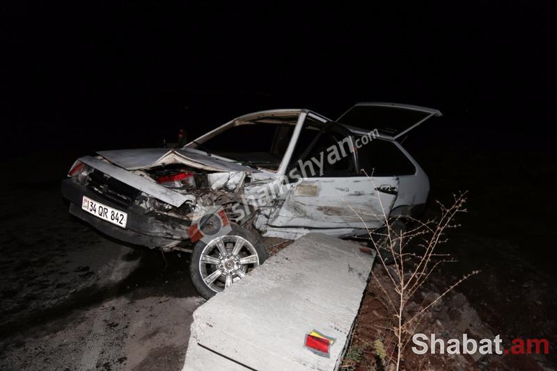 Ավտովթար Երևան-Գյումրի ճանապարհին. բախվել են Volkswagen-ն ու «09»-ը. վերջինը ձորում չի հայտնվել բետոնե արգելապատնեշի շնորհիվ. (լուսանկարներ)
