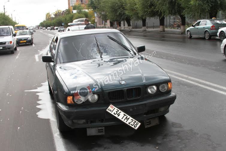 Երևանում ոստիկանության աշխատակիցը BMW-ով վրաերթի է ենթարկել փողոցը չթույլատրելի հատվածով անցնող հետիոտնին. (լուսանկարներ)