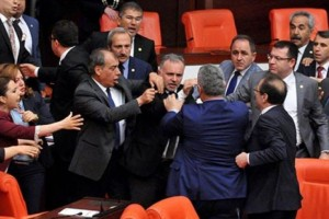 Թուրք և քուրդ պատգամավորների միջև ծեծկռտուք Թուրքիայի խորհրդարանում