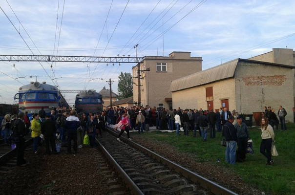 Լվովում «Ուկրաինայի երկաթուղիներ»-ի աշխատանքից դժգոհ քաղաքացիները փակել են գնացքի ճանապարհը