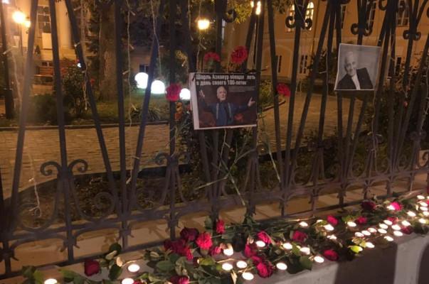 ՌԴ-ում ՀՀ դեսպանատան մոտ մոմավառություն է տեղի ունեցել ի հիշատակ աշխարհահռչակ շանսոնյե Շառլ Ազնավուրի (լուսանկարներ)