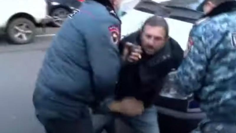 Ոստիկանները բերման ենթարկեցին Գեղամ Մանուկյանին