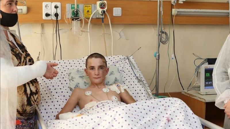 Ադրբեջանական կողմի հրետակոծումից ծայրահեղ ծանր վնասվածքներ ստացած 13-ամյա Ռոբերտի առողջության մեջ դրական դինամիկա կա.  Գևորգ Դերձյան
