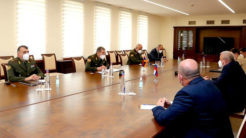 ՀՀ ԶՈՒ ԳՇ պետ Օնիկ Գասպարյանն ընդունել է ՀՀ-ում ՌԴ դեսպան Սերգեյ Կոպիրկինին, դեսպանության ռազմական և ռազմաօդային կցորդ Անդրեյ Գրիշչուկին