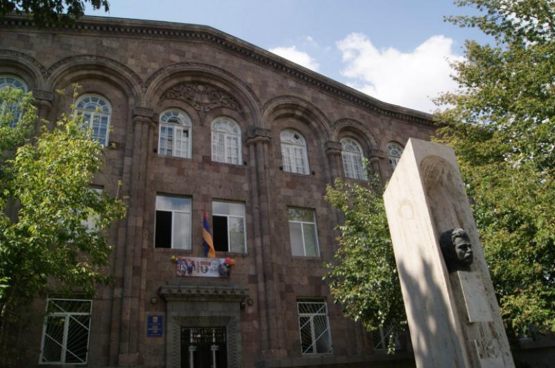 Երևանում դպրոցներից մեկի պահակը 6-ամյա երեխային գցել է գետնին ու քարշ տվել. Shamshyan.com
