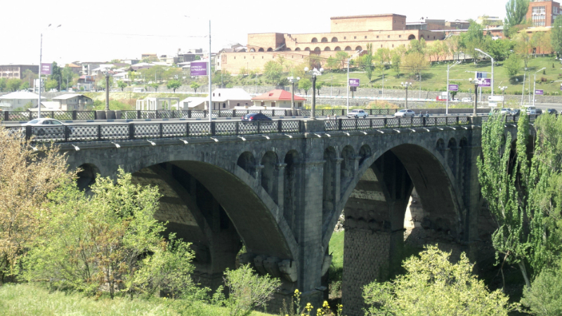 Քաղաքացին սպառնում է «Հաղթանակ» կամրջից ցած նետվել