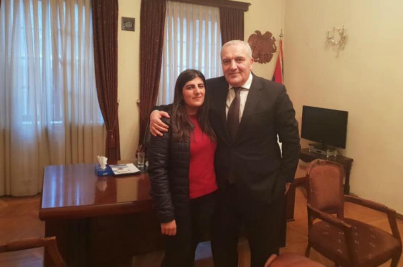 Վրաստանում ՀՀ դեսպանն ընդունել է հայ ուսանողուհուն, որը փողոցից գտած 37,000 դոլարը վերադարձրել էր տիրոջը