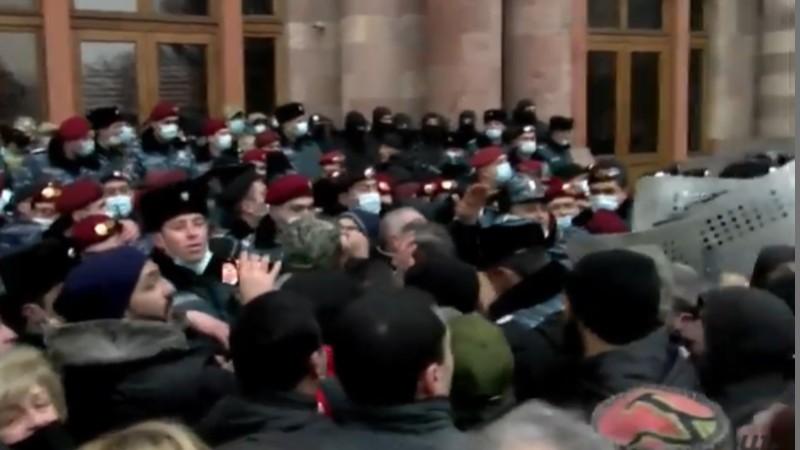 Քաղաքացիները փորձում են մտնել կառավարության շենք. Ոստիկանների և նրանց միջև քաշքշուկ սկսվեց (ուղիղ)