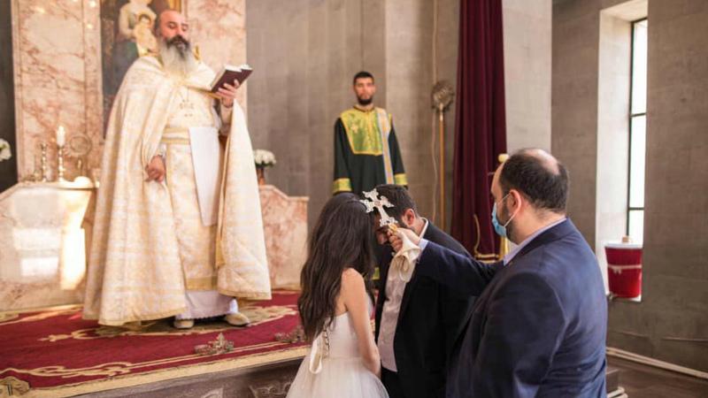 Նրանք կրակում են, մերոնք`ամուսնանում. գեղանկարիչ Դավիթ Դանիելյանը պսակադրվել է սահմանամերձ Մովսեսի եկեղեցում