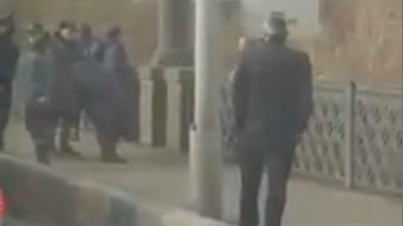 Քաղաքացին փորձում է նետվել Հաղթանակ կամրջից. (Տեսանյութ)