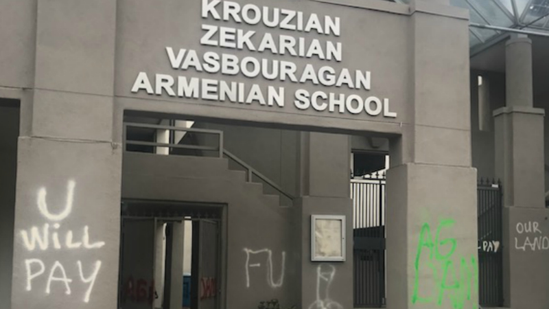 Ադրբեջանցիները Սան Ֆրանցիսկոյում հարձակվել են հայկական դպրոցի վրա. պատերին հայերին վիրավորող արտահայտություններ են գրել (լուսանկարներ)