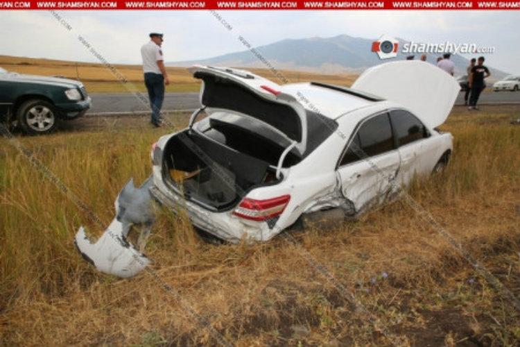 Nissan Tiida-ն և Toyota Camry-ն բախվել են և հայտնվել են դաշտում. կա վիրավոր. «Shamshyan.com»