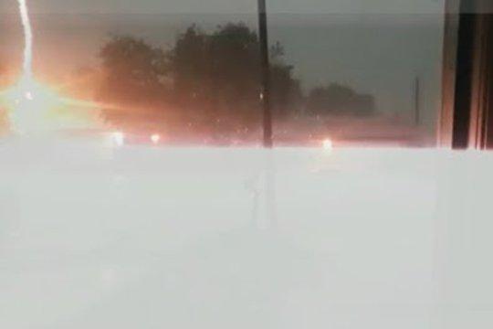 Ամերիկացին վտանգավոր հեռավորության վրա տեսագրել է կայծակի հարվածը