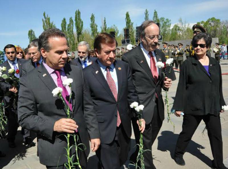 ԱՄՆ կոնգրեսականների պատվիրակությունը այցելել է Ծիծեռնակաբերդում Հայոց ցեղասպանության զոհերի հուշարձանին