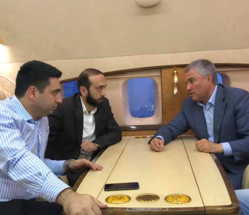 ԱԺ նախագահն ու փոխնախագահը ռուս պաշտոնյաների հետ են ինքնաթիռում. ոչ ֆորմալ հանդիպում են ունեցել