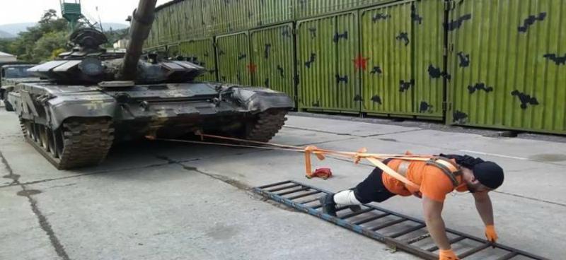 Զինվորը 2 թրթուրավոր զրահատեխնիկա կձգի` որպես անկախության հռչակման 28-ամյակին նվիրված գինեսի ռեկորդ