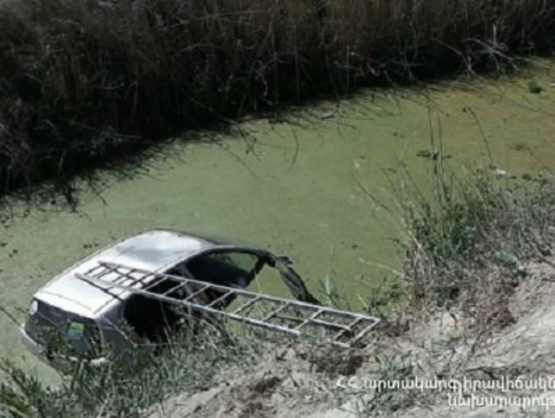 Արթիկում մեքենան ինքնընթաց շարժվել եւ ընկել է սելավատարը