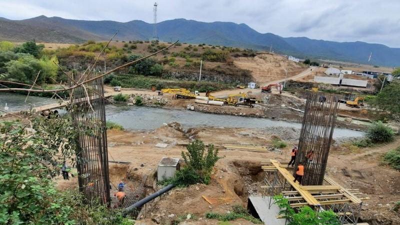 Սադախլո-Բագրատաշեն անցման կետի տարածքում նոր կամրջի շինարարության աշխատանքներն ակտիվ ընթացքի մեջ են (լուսանկաներ)