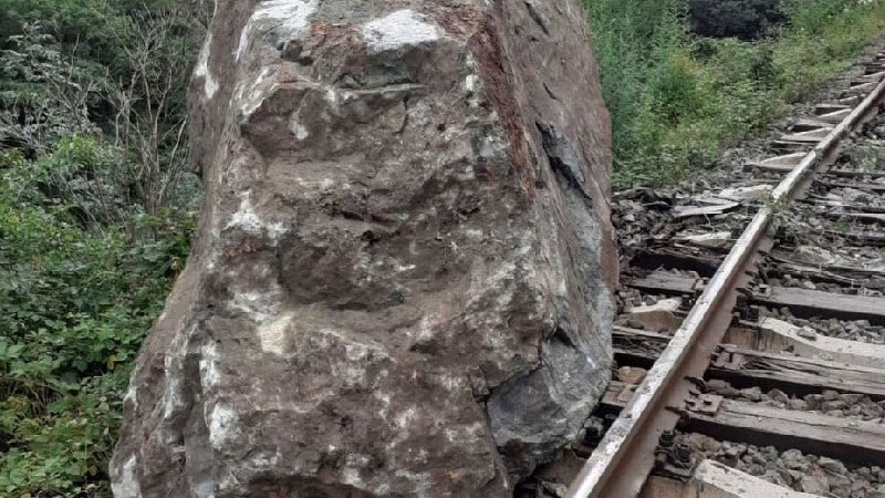 Ժայռաբեկորն անջատվել է ժայռից և ընկել երկաթուղային գծերի վրա