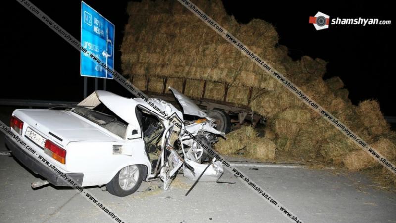 Խոշոր ավտովթար Արարատի մարզում․ 40-ամյա վարորդը 07-ով մխրճվել է խոտով բարձված տրակտորի կցորդիչի մեջ