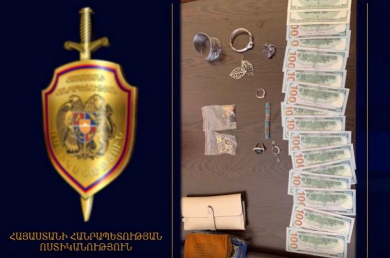 «Զվարթնոց» օդանավակայանի ոստիկանները կնոջն են վերադարձրել փողով ու ոսկեղենով հանդերձ կորցրած պայուսակը