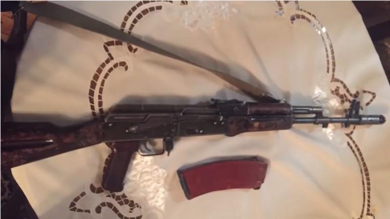 Սևանում ոստիկանները 26-ամյա երիտասարդի բնակարանում գործարանային համարով «Կալաշնիկովի» ինքնաձիգ են հայտնաբերել (տեսանյութ)