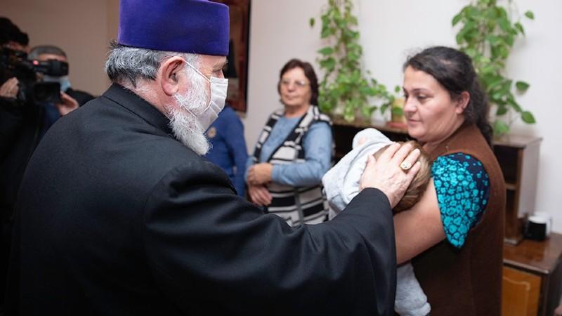 Կաթողիկոսն այցելել է Մայր Աթոռի կառույցներում ապաստանած արցախցի ընտանիքներին