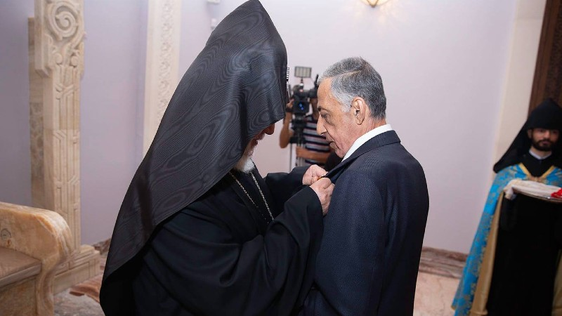 Կաթողիկոսը շքանշան է հանձնել դատավոր Հրաչիկ Սարգսյանին