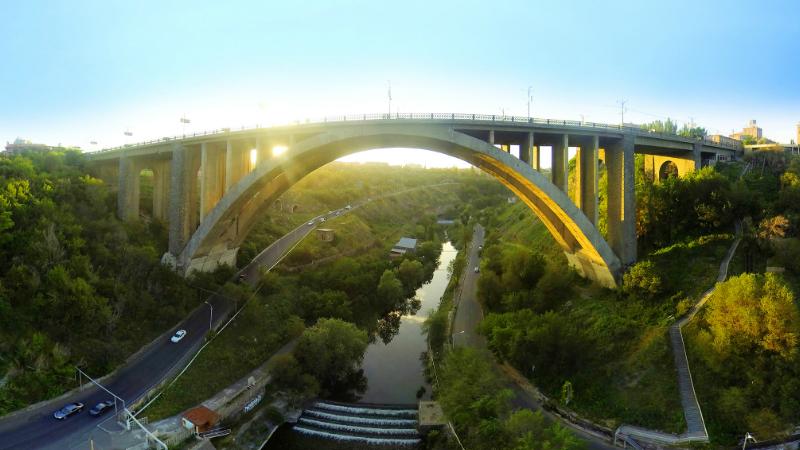 Քաղաքացին անցել է Կիևյան կամրջի ճաղավանդակի մյուս կողմը և սպառնացել ինքնասպան լինել․ ԱԻՆ