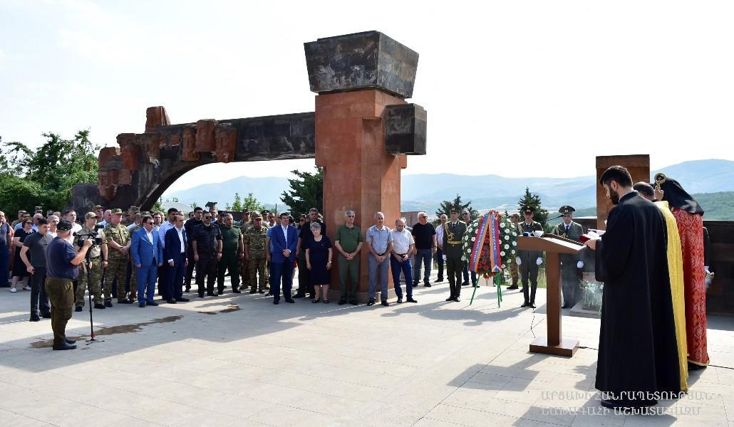 ԱՀ նախագահը հարգանքի տուրք է մատուցել անհայտ կորած ազատամարտիկների հուշարձանի մոտ