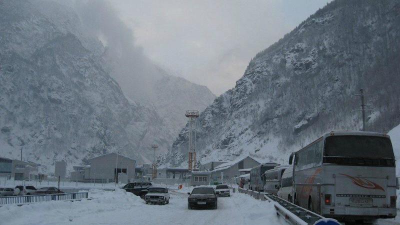 ՀՀ 5 մարզերում ձյուն է տեղում, կան փակ եւ դժվարանցանելի ճանապարհներ. Լարսը փակ է բեռնատարների համար