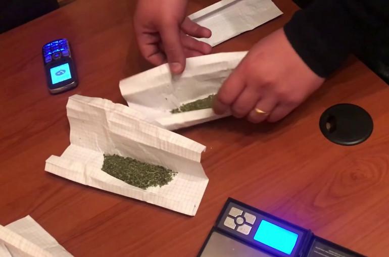 Ապօրինի ձեռք է բերել և պահել  ընդհանուր 10.63 գրամ հաստատուն քաշով «Մարիխուանա» և 0.049 գրամ քաշով «Մեթադոն» տեսակի թմրամիջոցներ