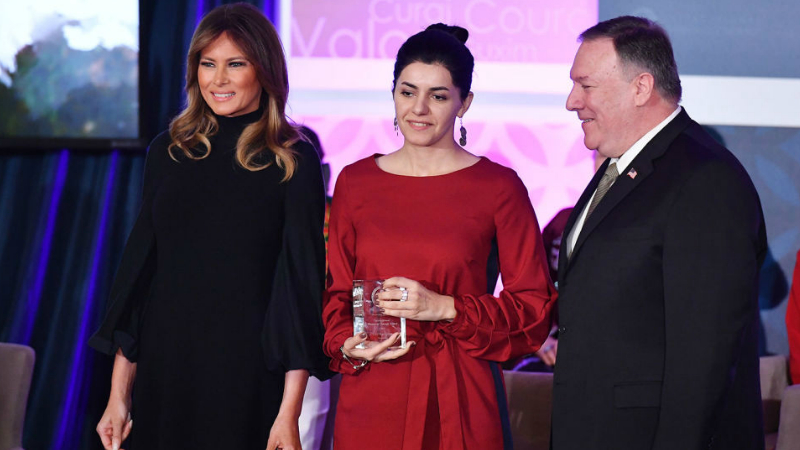 (Տեսանյութ) Հայաստանը ներկայացնող լրագրող Լյուսի Քոչարյանը միջազգային մրցանակի է դափնեկիր է դարձել. մրցանակը հանձնել է Մելանյա Թրամփը