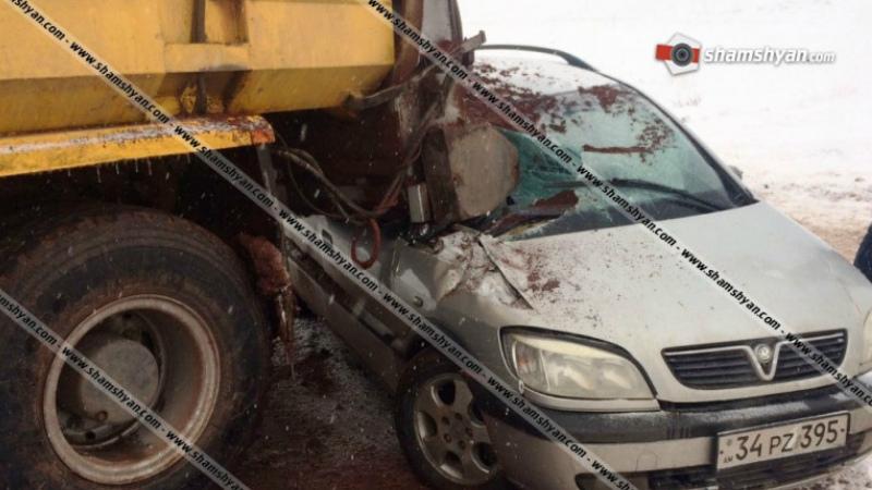 Արագածոտնի մարզում Opel-ը մխրճվել է ձյուն մաքրող և աղ ու ավազ շաղ տվող մեքենայի մեջ. կա 5 վիրավոր, այդ թվում՝ 2 երեխա. Shamshyan.com
