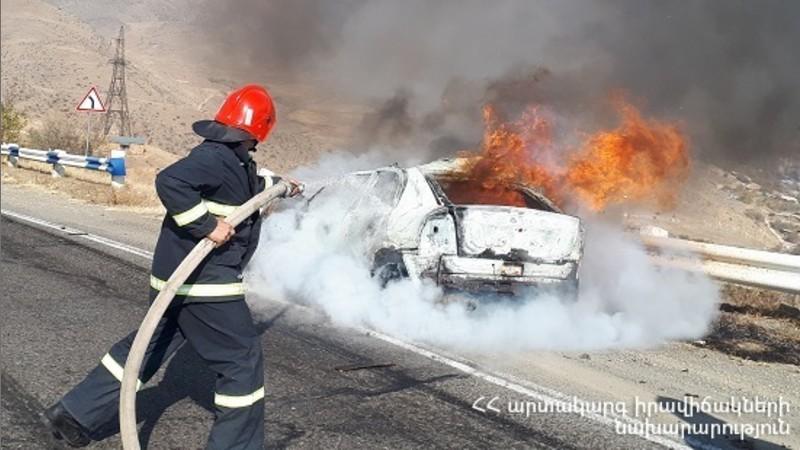 Ելփին գյուղի մոտակայքում այրվում է ավտոմեքենա