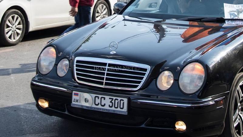 Մոսկվայում հաճախ կարելի է տեսնել հայկական ավտոմեքենաների, որոնց համարանիշների վրա դրոշները փակված են. «Ժողովուրդ»