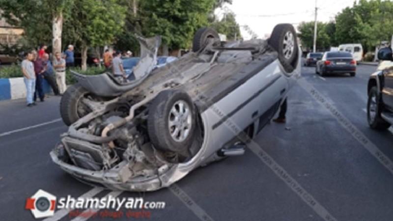 Խոշոր ավտովթար՝ Երևանում. Շիրազի փողոցում բախվել են 3 Opel Astra-ներ, որոնցից մեկը գլխիվայր շրջվել է